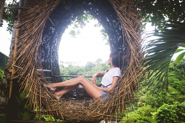 Jolie fille dans un nid décoratif la jungle de l'île de bali, indonésie