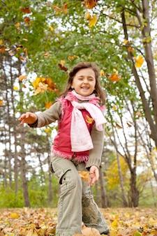 Jolie fille dans le parc de l'automne. portrait tourné.