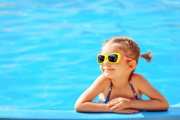 Jolie fille dans la piscine