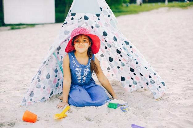 Jolie fille dans une plage d'été