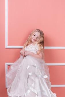 Jolie fille debout en robe blanche