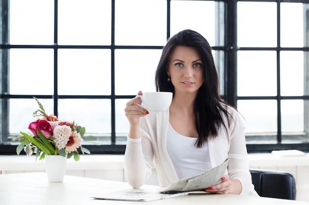 Jolie fille avec du café