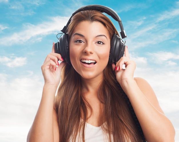 Jolie fille écoutant de la musique