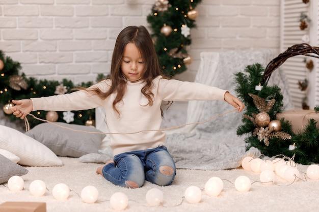 Jolie fille emballant des cadeaux de noël à la maison