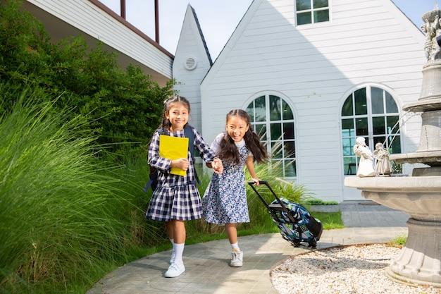 Jolie fille étudiante heureuse d'aller à l'école, retour au concept de l'école