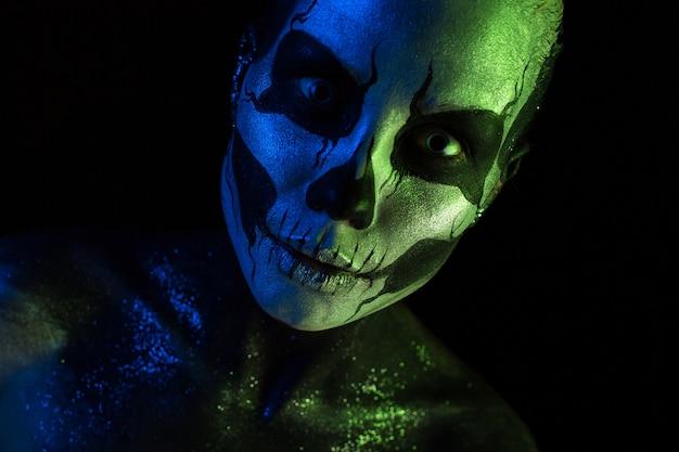 Jolie fille fantasmagorique avec un maquillage squelette