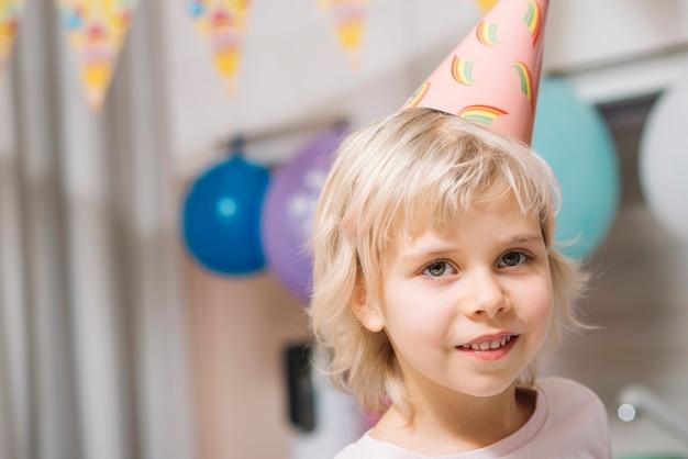 Jolie fille sur la fête d'anniversaire