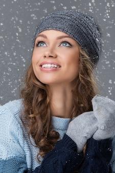Jolie fille avec des flocons de neige s'amuser