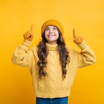 Jolie fille avec des gants en levant