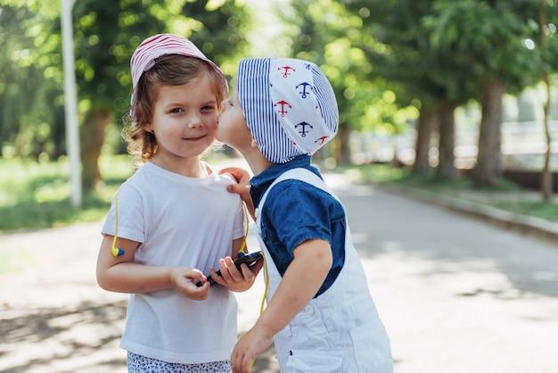 Jolie fille et garçon, écouter de la musique avec des écouteurs