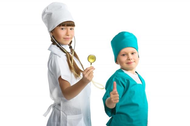 Jolie fille et garçon médecin en uniforme debout