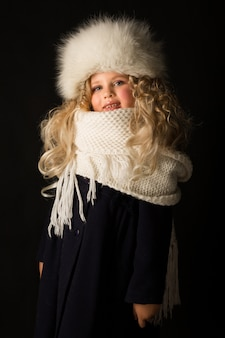 Jolie fille en habits d'hiver
