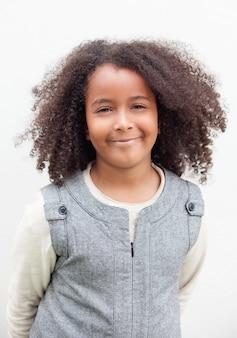 Jolie fille de huit ans avec de beaux cheveux