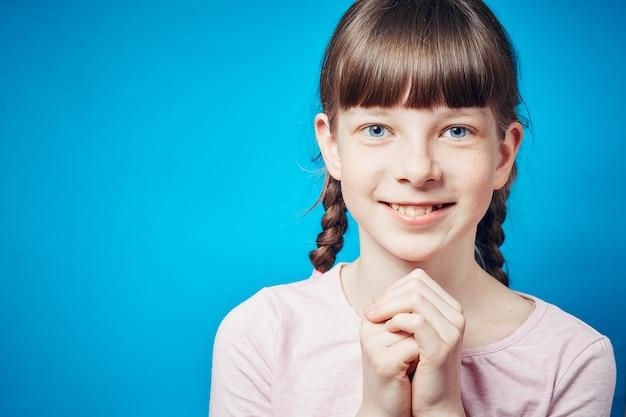 Jolie fille jolie souriante. émotion et expression du visage