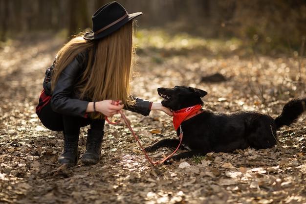 Jolie fille joue et s'amuse avec son animal de compagnie