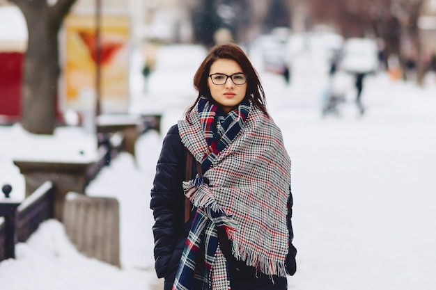 Jolie fille à lunettes et une écharpe
