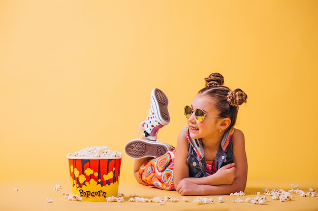 Jolie fille mangeant du pop-corn