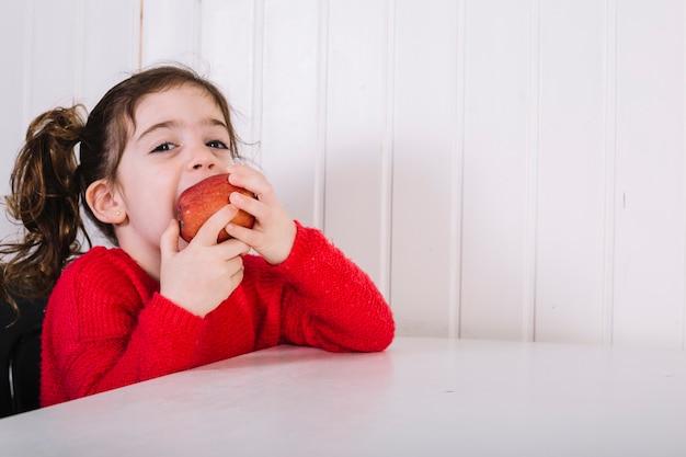 Jolie fille mangeant une pomme