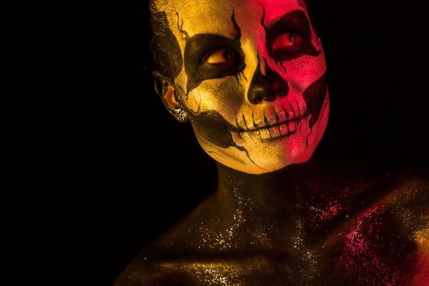 Jolie fille avec maquillage squelette