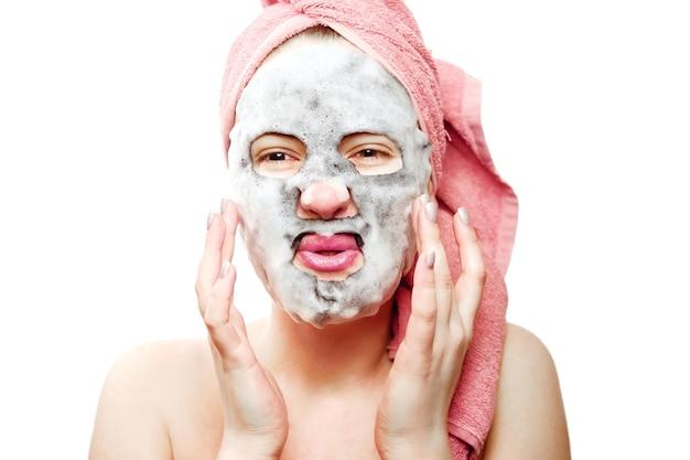 Jolie fille avec masque facial, masque à oxygène pour le visage
