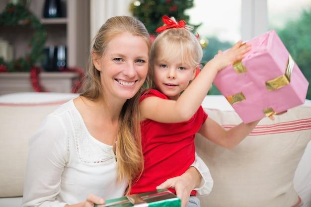 Jolie fille et mère fête noël