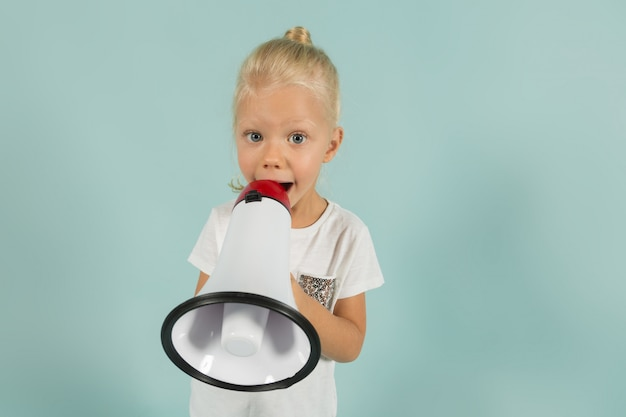 Jolie fille mignonne dans des vêtements légers tenir mégaphone