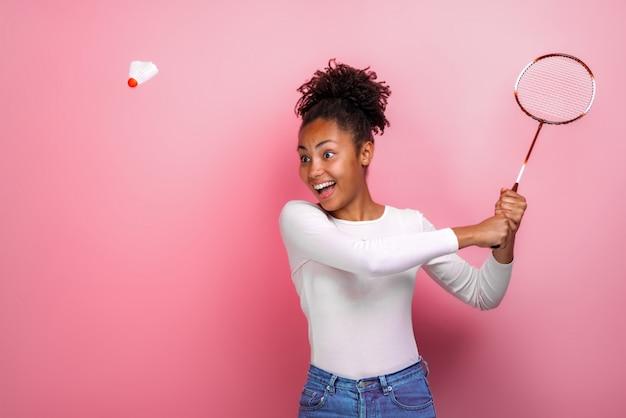 Jolie fille mulâtre jouant au badminton