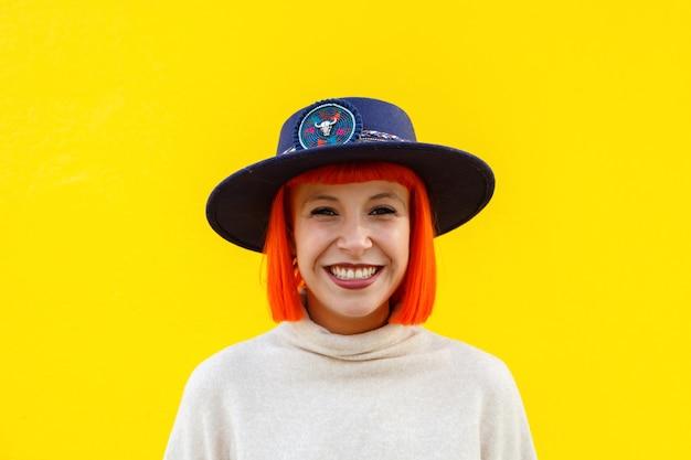 Jolie fille sur un mur jaune