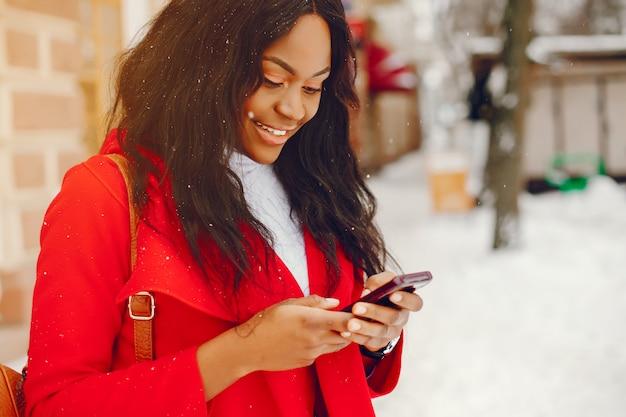 Jolie fille noire en hiver