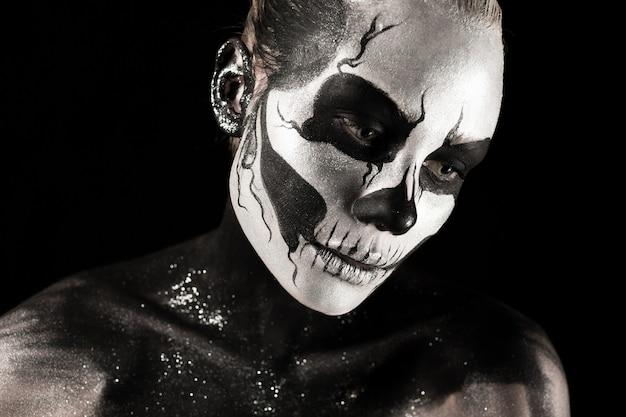 Jolie fille avec de la peinture squelette