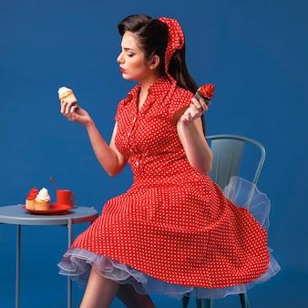 Jolie fille de pin-up posant dans un studio bleu