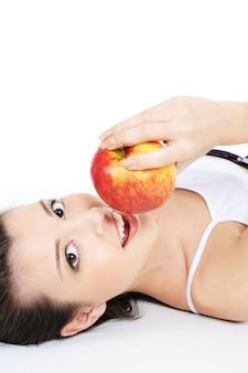 Jolie fille avec pomme rouge mûre fraîche - isolé sur blanc