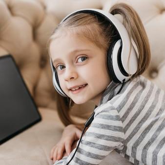 Jolie fille portant des écouteurs