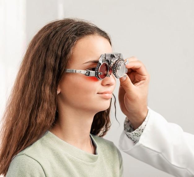 Jolie fille portant des lunettes optiques