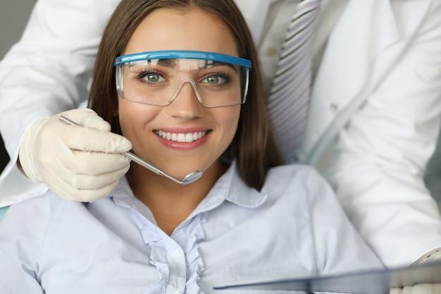 Jolie fille portant des lunettes spéciales