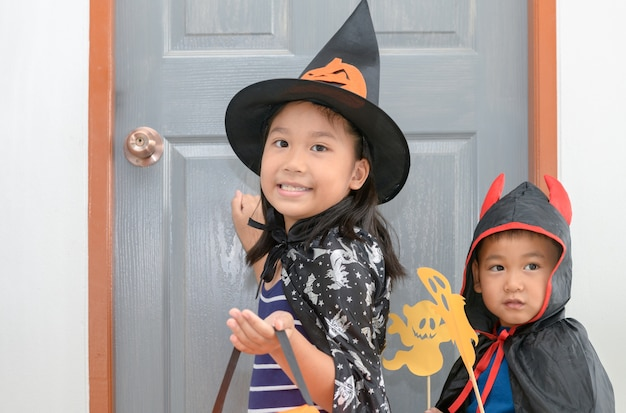 Jolie fille porte des sorcières frappent à la porte