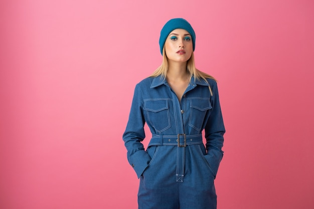 Jolie fille posant sur fond rose dans la tendance de la mode globale denim