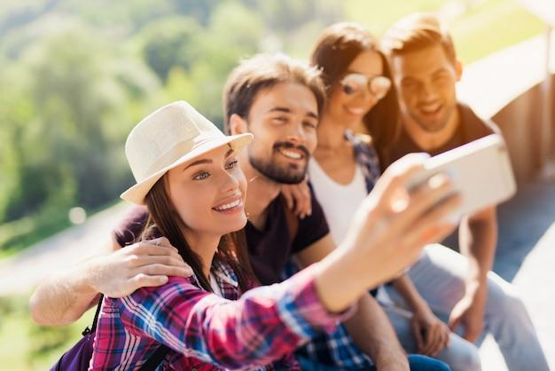 Jolie fille prend en mémoire une équipe photo de touristes.
