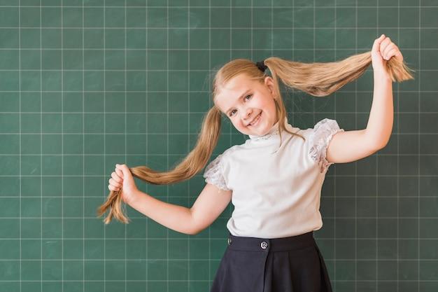Jolie fille près de la commission scolaire