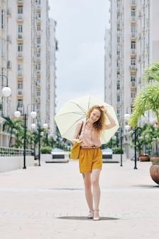 Jolie fille qui marche dans la ville