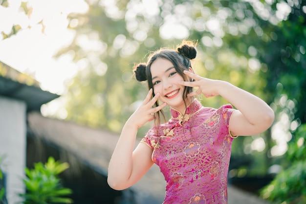 Jolie fille avec une robe chinoise traditionnelle cheongsam