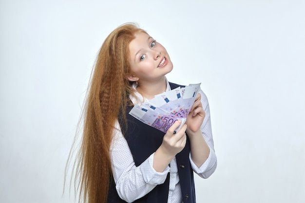 Jolie fille rousse détient 500 billets en euros dans ses mains