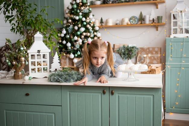 Jolie fille s'amusant dans la cuisine à la maison