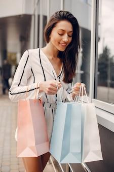 Jolie fille avec un sac dans une ville