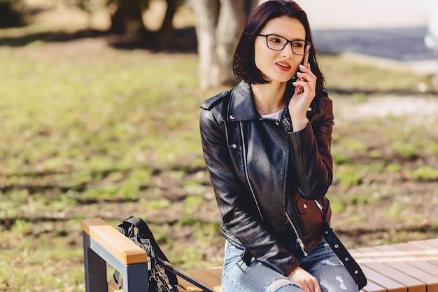 Jolie fille souriante parle par téléphone