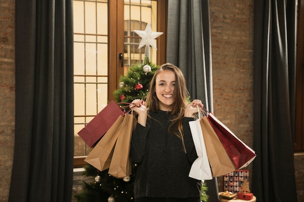Jolie fille tenant des cadeaux de noël