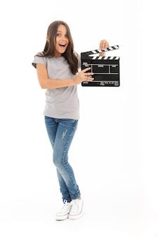 Jolie fille tenant un film faisant clap.