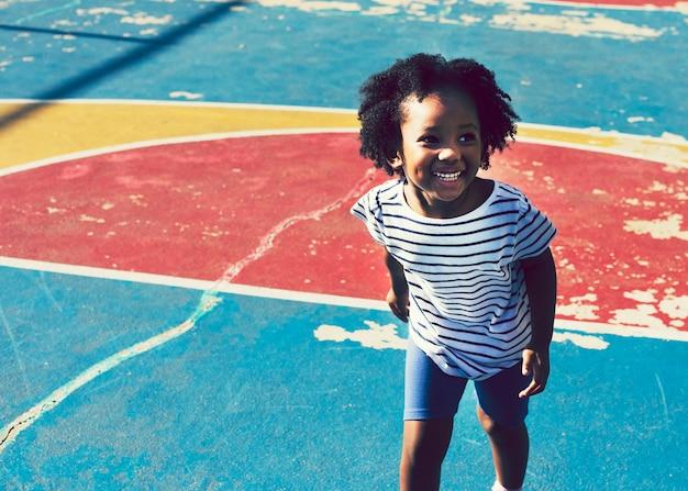 Jolie fille sur un terrain de basket