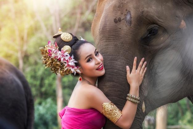 Jolie fille thaïlandaise en robe thaïlandaise traditionnelle avec éléphant