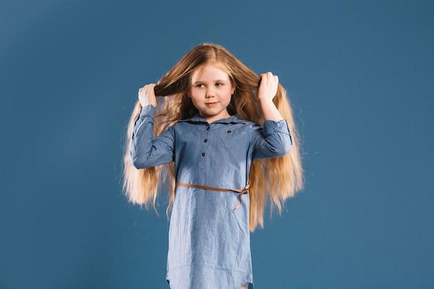 Jolie fille touchant les cheveux